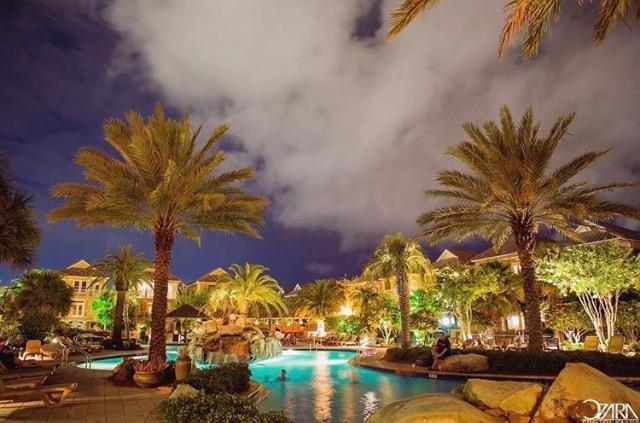 Laguna piscina está abierta hasta las 10 pm a nadar noche!