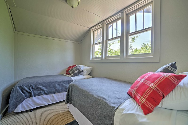 The 4th bedroom's twin-sized beds are perfect for the little ones.