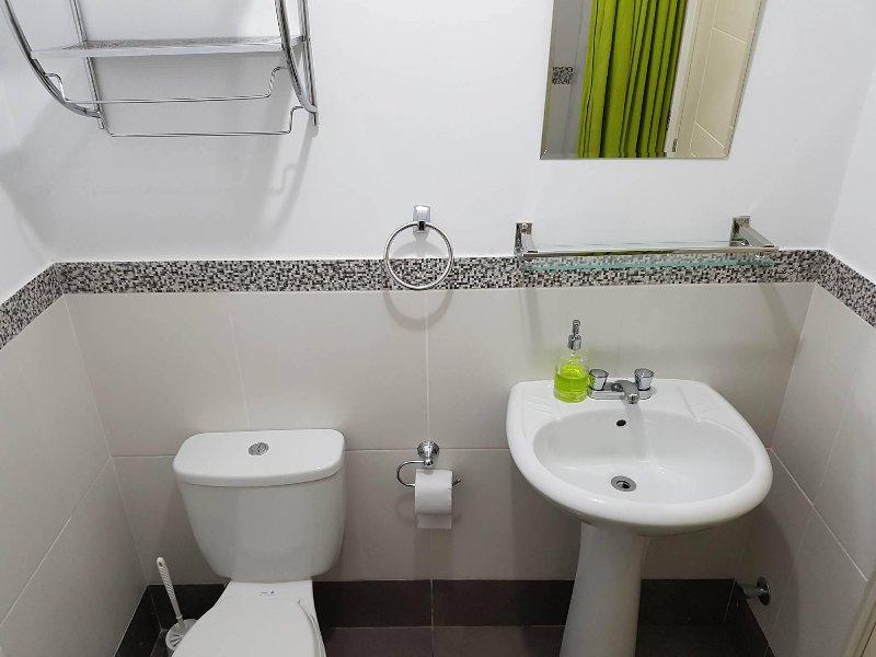 salle de bain commune / douche w / toutes les commodités. U besoin du shampoing, du savon, ou quoi que ce soit, il suffit de nous demander, et nous allons l'obtenir