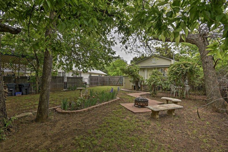 Getaway to this quaint 2-bedroom, 1-bathroom Oklahoma City home!