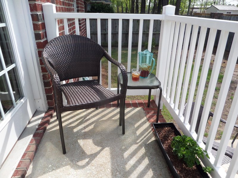 Un lugar para sentarse es justo fuera.