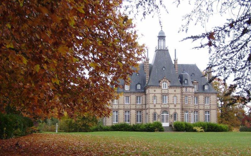 Notre propriété de 52 acres sur la rivière Sarthe est situé à quelques pas des boutiques de Malicorne-sur-Sarthe.