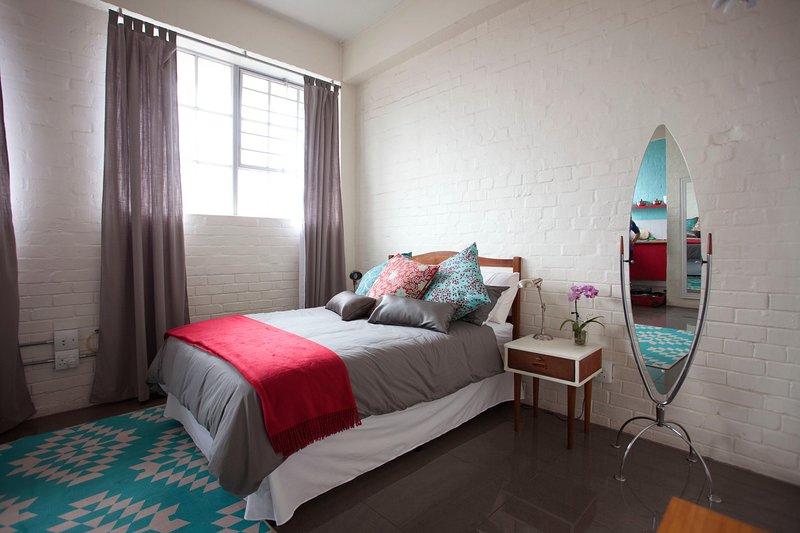 Estudio apartamento muy bien decorado en un / estilo moderno retro, situado en un edificio seguro.