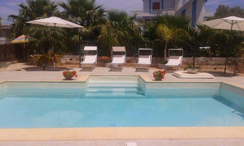 Villa Emelia with pool 250 mt from the sea, aluguéis de temporada em Cinisi