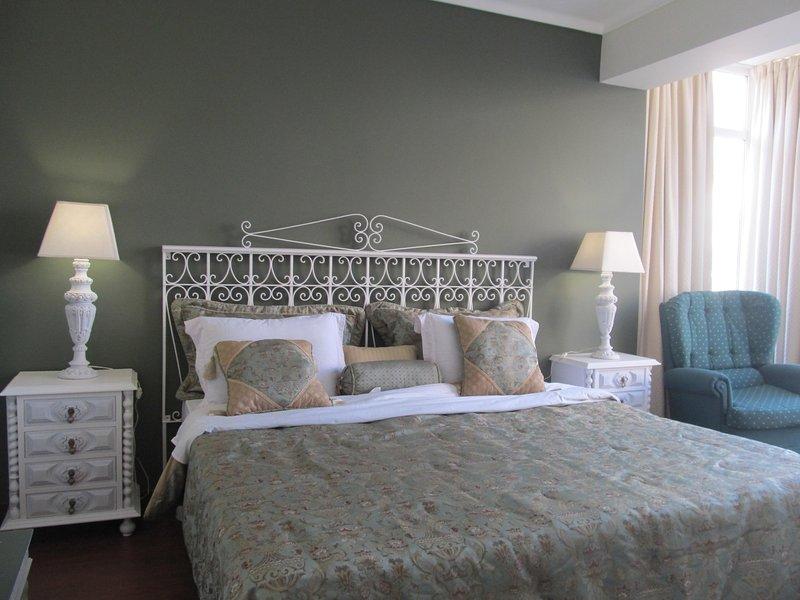 Modern with a Retro Vintage taste 2 Bedroom apartment, holiday rental in Sao Domingos de Rana