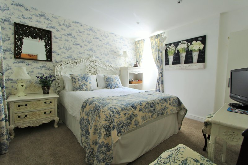 The Moon: Kingsize Room In A Central Fowey Town House, holiday rental in Fowey