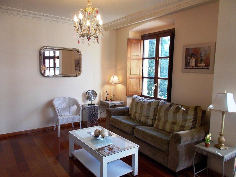 PISO DE LUJO DE 2 HAB EN EL CENTRO DE GIJÓN - APARTAMENTO JASJOSÉ, holiday rental in Roces-Sur