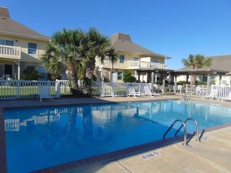 la bienvenida a nuestro apartamento piscina de frente!