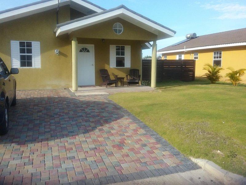 Cozy Villa on the North Coast with AC, Cable, WIFi and more..., alquiler de vacaciones en St. Ann's Bay