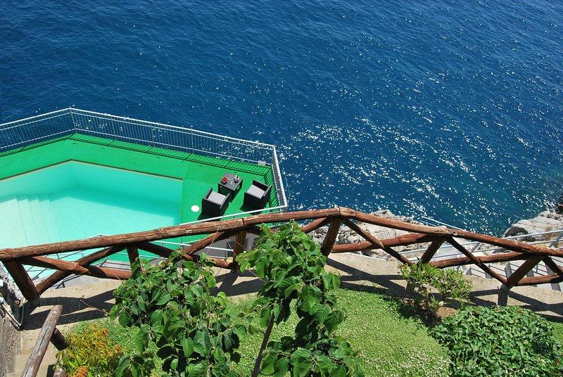 Villa tra Amalfi e Positano, piscina con acqua marina e accesso privato al mare, vacation rental in Conca dei Marini