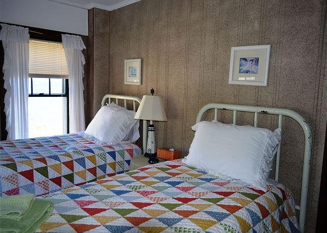 Bedroom 4: Two twin beds.