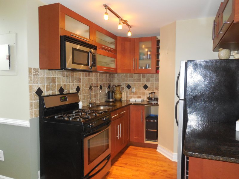 Large Two Bedrooms Apartment Close To Manhattan. UPDATED