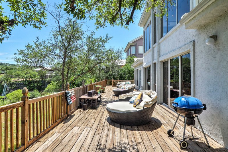 Waterfront Lake Travis Luxury Home w/ Large Deck!, vacation rental in Briarcliff