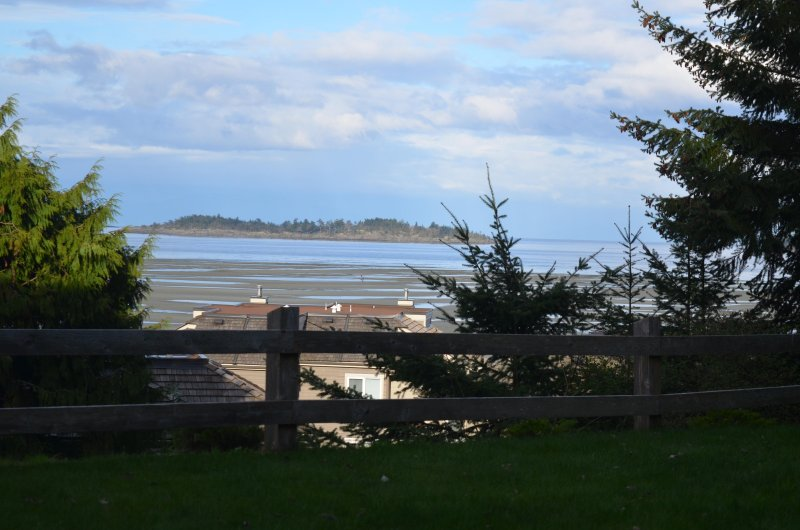 Pacific Tide Beach House - Ocean View! Steps away from Rathtrevor Beach, holiday rental in Errington
