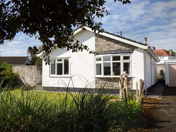 10 ST. NICHOLAS CRESCENT, sleeps five, family, coastal paths, Penally, Ref, holiday rental in Penally