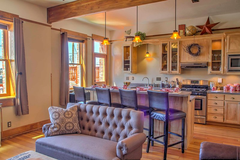 Historic DT Laramie Apartment: Deck + 1 Mi to UW!, holiday rental in Laramie