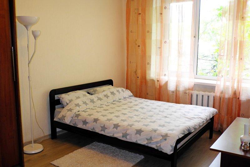 Bett mit frischen Linien