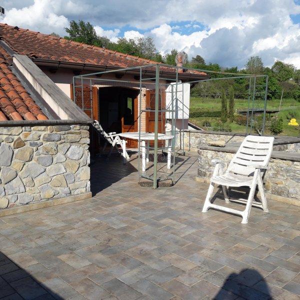 La casa dei sogni: lungo la via Francigena con terrazza, giardino e ruscello, vacation rental in Barbarasco