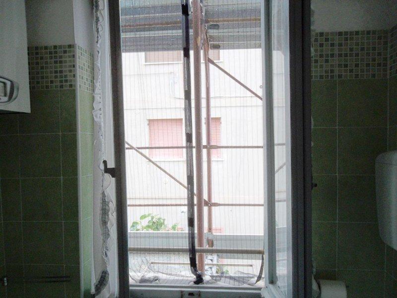 Verano 2017: ventana del baño sin persianas y cortinas.