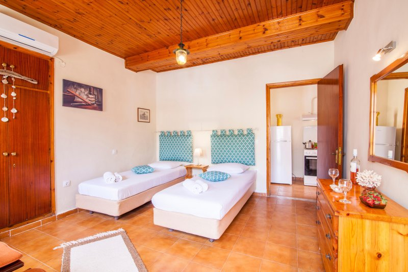 Cottage Traditional House, Old barber shop house (Free Breakfast), holiday rental in Analipsi
