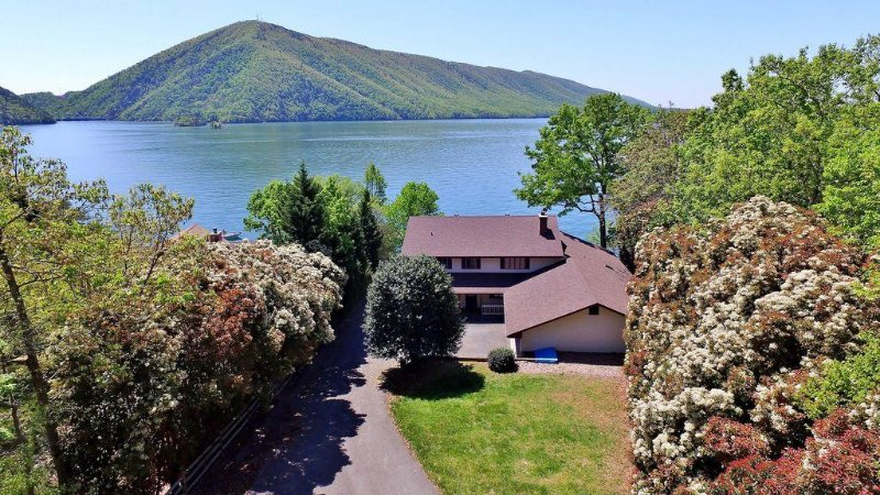 Luchtfoto van het huis direct aan Smith Mountain Lake