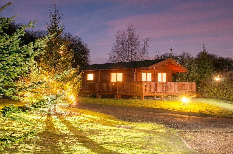 Luxury 3 Bedroom, Scandinavian Lodge with HOT TUB, holiday rental in Otterbourne