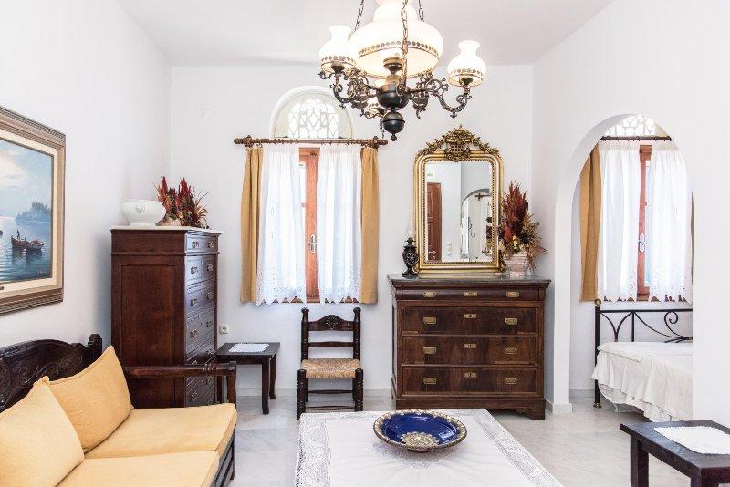 Recientemente renovado, con respeto a la tradición, dos piso residencia en el pueblo de Pyrgos.