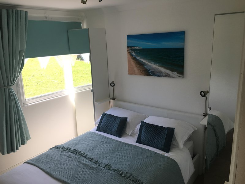 La chambre principale avec 2 penderies simples