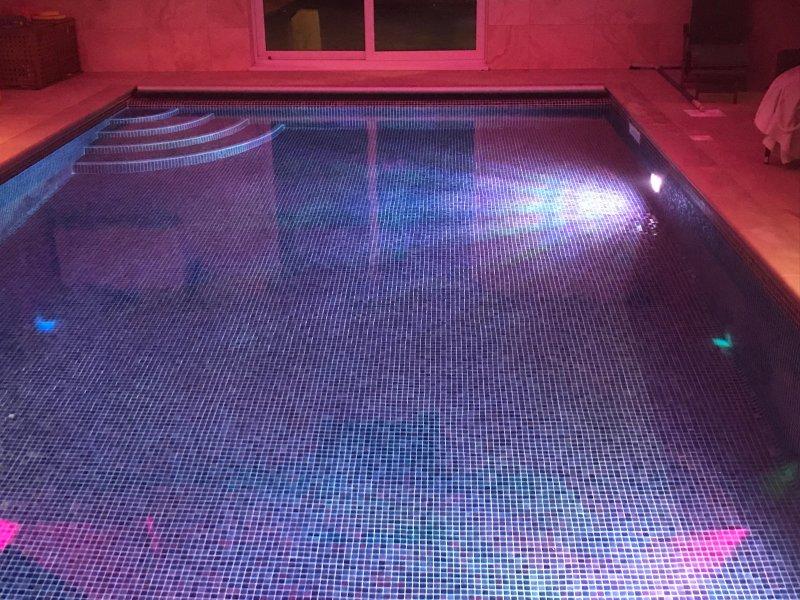 Verwarmd overdekt zwembad met LED-verlichting
