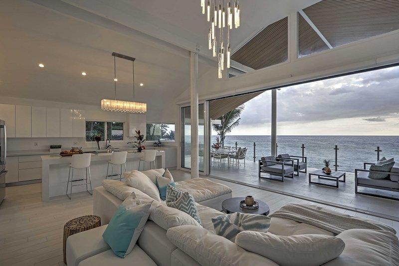 Vista para o mar seguir você onde quer que você vá nesta casa incrível.