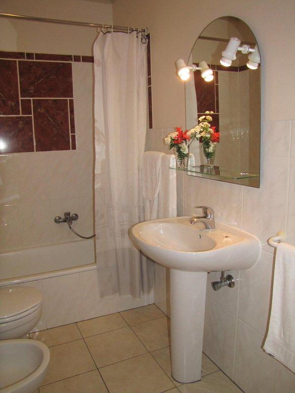 Complete badkamer met bad en douche