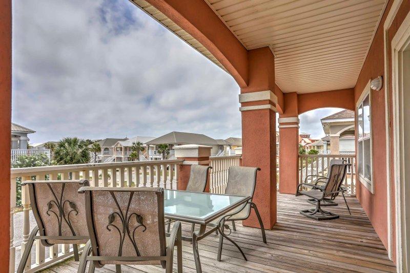 Una espaciosa cubierta frontal le da la bienvenida a esta casa de playa de Gulf Shores!