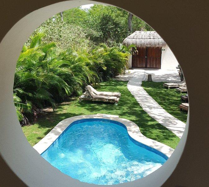 Vista di piscina e giardino