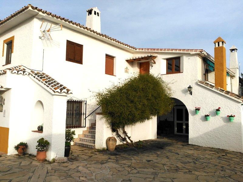 Casa no andar de cima com vista para o reservatório de Viñuela e da Serra de Tejeda.