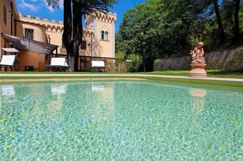 Villa Le Torri Apartment Iris, swimming pool, Chianti, 15 min from Florence, holiday rental in Tavarnuzze