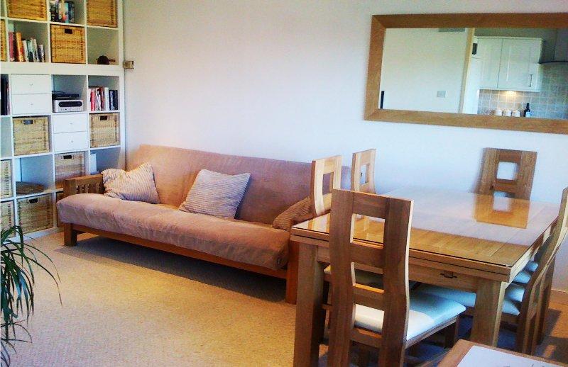 El salón cálido y acogedor / comedor con Reino Unido y Francia TV, DVD, equipo de música, libros y sofá-cama para 2