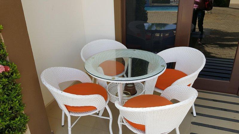 Le porche. 2 chaises supplémentaires sur le côté droit.