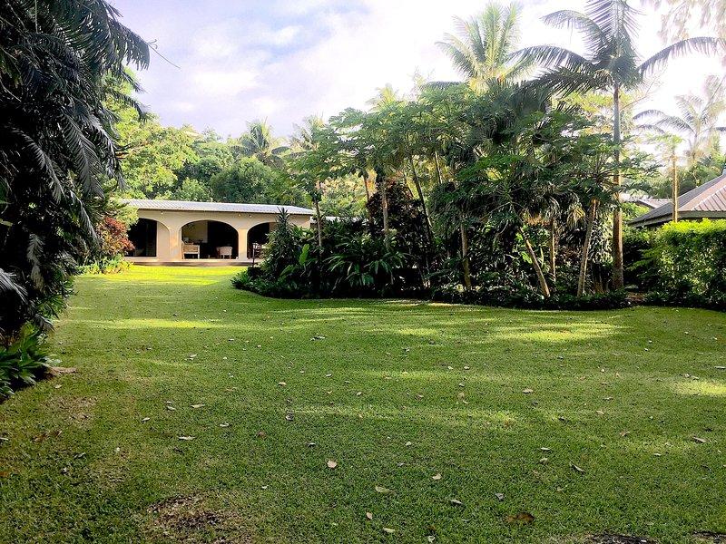 Su totalmente equipada casa de vacaciones con exuberantes jardines, una refrescante piscina y acceso directo a la laguna