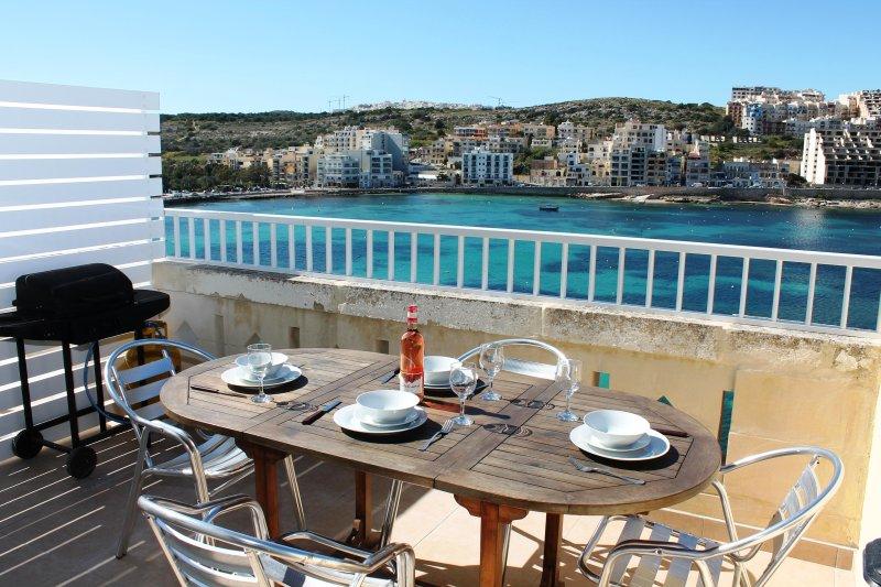 Frente terraza con espectaculares vistas al mar. Equipado con muebles de exterior y barbacoa de gas.