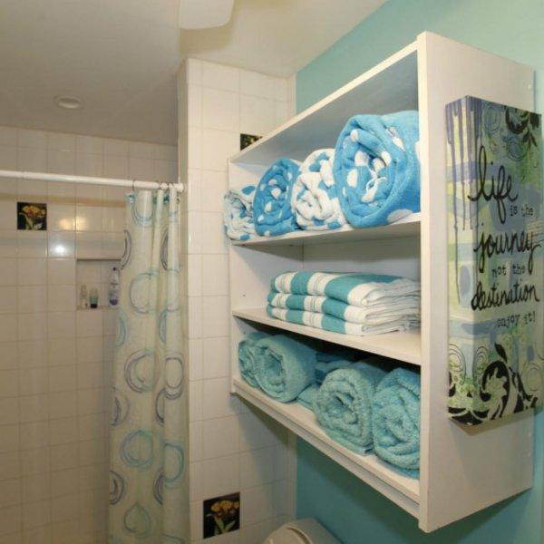 A abundância de suave e fresca toalhas de praia, toalhas de piscina, toalhas de banho, toalhas de mão, e panos ...