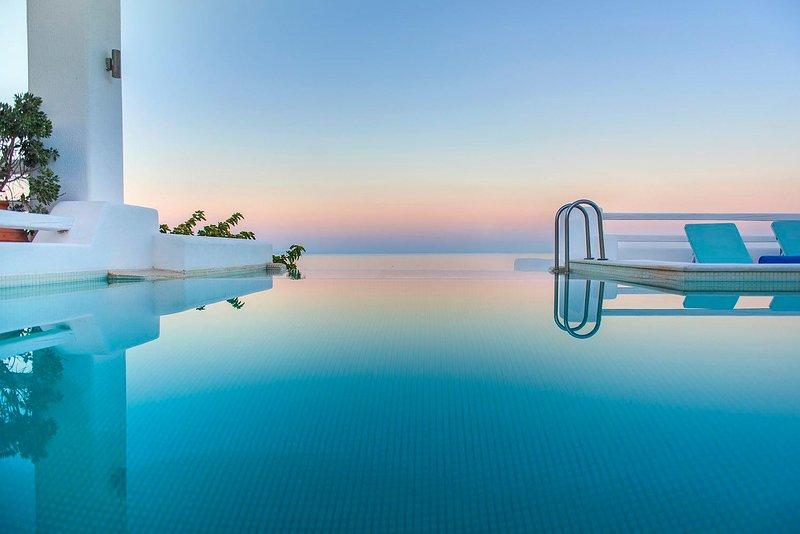 BlueVillas   Villa Tramountana   Private jacuzzi & plunge pool with amazing view, location de vacances à Vourvoulos