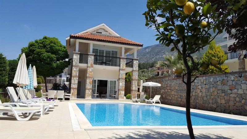 Olu Deniz Stunning 3 Bedroom Villa Large Private Pool, location de vacances à Ölüdeniz