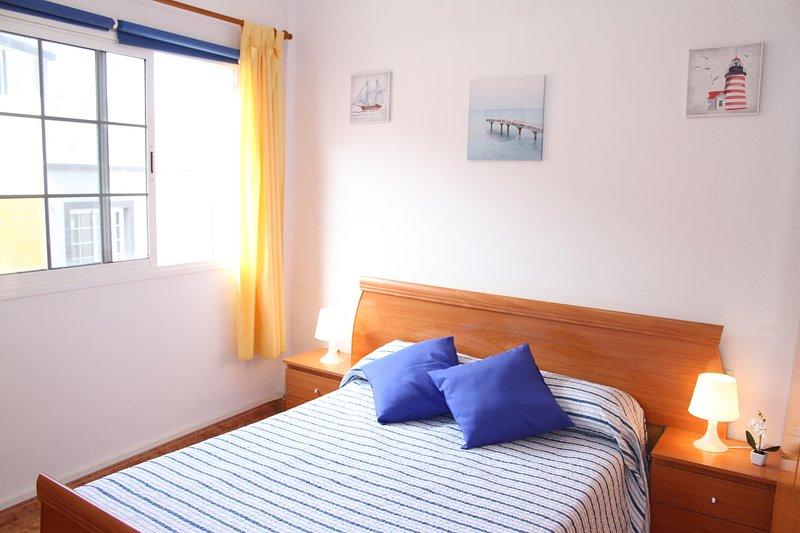 Quarto 1. Quarto duplo com cama de casal, cômoda e armário.
