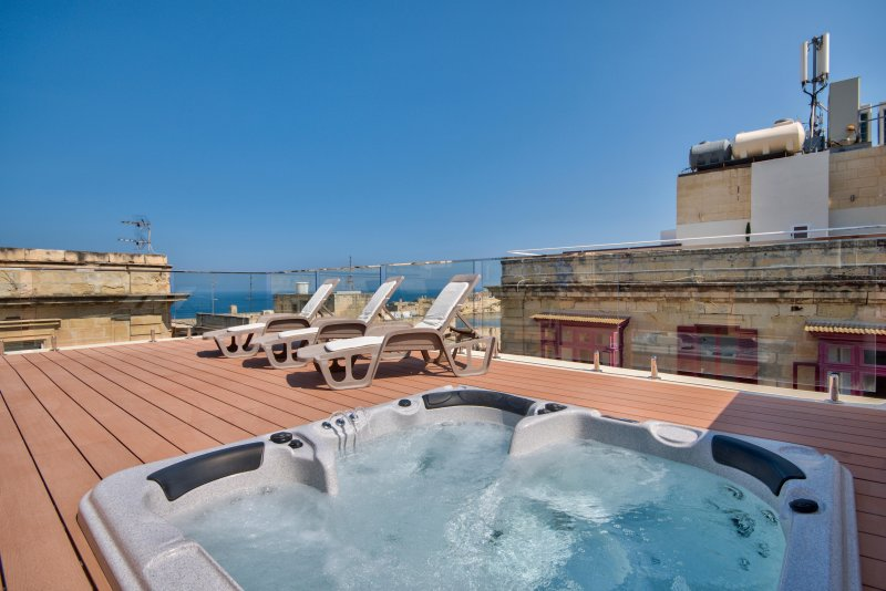 Valletta Grand Harbor Views Penthouse with Jacuzzi, vacation rental in Mosta