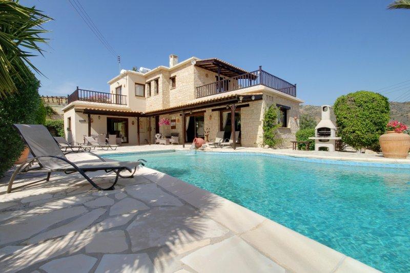 Luxury 3 bed Villa, sleeps 6, Infinity Pool. Sea View & Mountain Views, holiday rental in Peyia