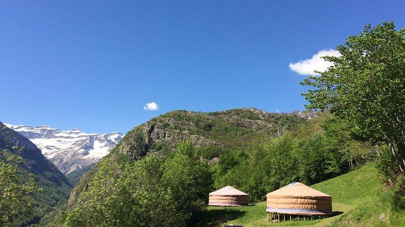 2 yurts facing the Gavarnie (UNESCO)