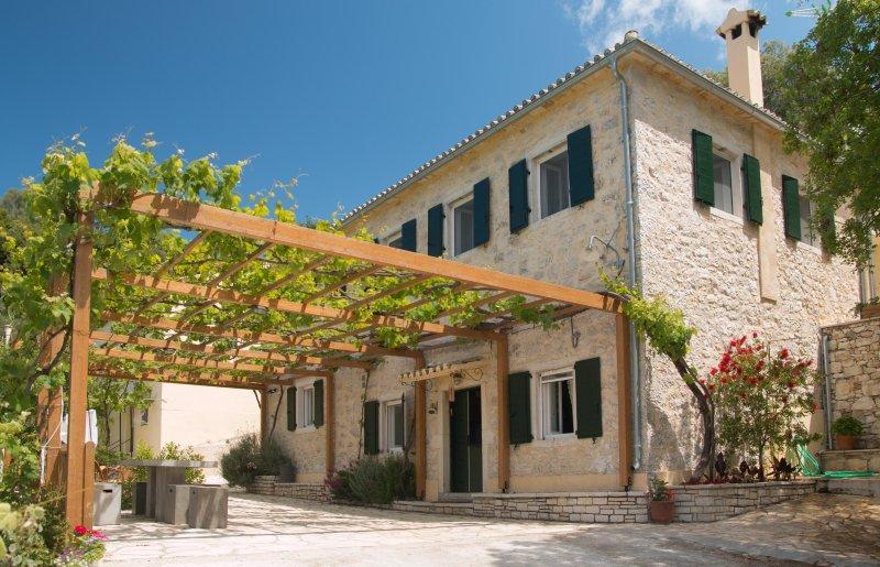 Castelli Cottage - Traditional Stone Guesthouse, location de vacances à Acharavi