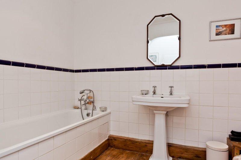 Familie Badezimmer mit Dusche und Badewanne
