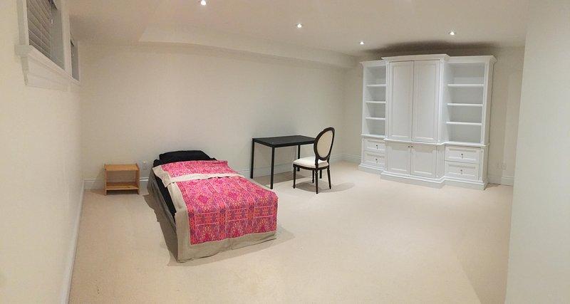 Super Grande camera da letto arredata con un grande scrivania Ikea, sedia, super confortevole Top Euro singola mattr