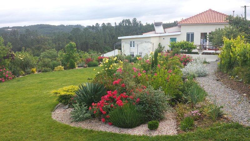 Quinta Serrano con il suo glorioso giardino pieno di rose e l'ambiente rurale idilliaco.